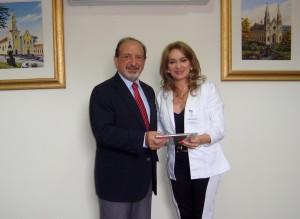 Ao final do encontro, a secretária foi presenteada pelo presidente Naim Akel com um livro comemorativo da Junta Comercial