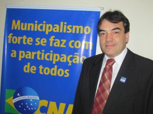 Neto esteve na sede da CNM para se informar sobre o aumento do repasse