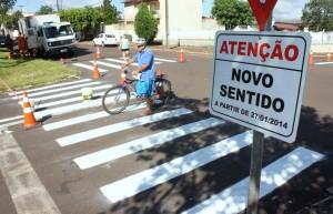 Placas alertam sobre o novo sentido das ruas Curitiba e Tenente Camargo, que a partir de segunda terão mão única