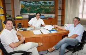 O procurador jurídico, Luiz Ramme, e o secretário de Finanças, Luiz Geremia, entregaram o relatório do programa ao prefeito Cantelmo Neto esta semana
