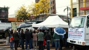 Em setembro, Prefeitura entregou caminhões no calçadão mesmo sob chuva