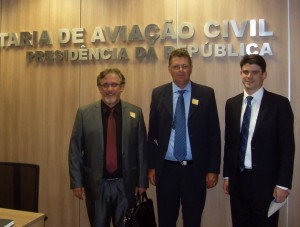 Eduardo Scirea, Irineu Flach e o coordenador de convênios da Secretaria de Aviação Civil, Moises Rubbioli, em Brasília esta semana Foto: Divulgação