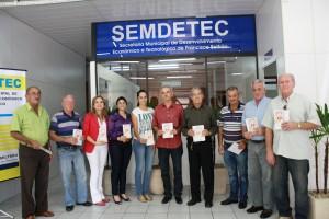 Representantes dos cinco pontos de táxi da cidade receberam o material da secretária Jovelina Chaves e da coordenadora do Nuaghtur, Marli Passaia