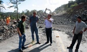 Flach e Scirea conversam com funcionários da Engepav; obra complementar permitirá melhor acesso á trincheira que está em construção