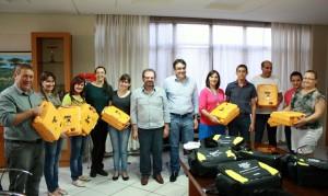 Prefeito Cantelmo Neto e o secretário Viro de Graauw fizeram a entrega aos diretores das escolas contempladas