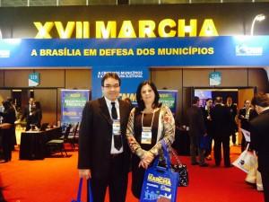 Cantelmo Neto e a secretária de Saúde Rose Guarda na chegada à Marcha de Prefeitos