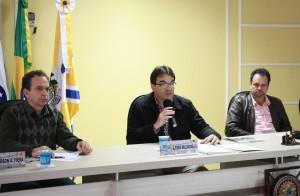 Prefeito Cantelmo Neto faz a prestação quadrimestral de contas da Prefeitura, acompanhado pelos vereadores Alfonso Bruzamarello e Valmir Tonello, relator e presidente da Comissão de Finanças e Orçamento da Câmara