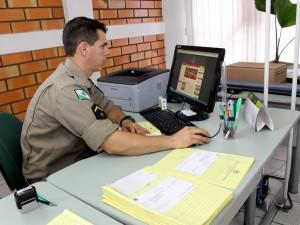 Duas vezes por semana, o soldado Penteado faz o cadastro online dos empreendedores no Centro Empresarial