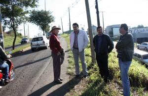 Em visita a pontos da avenida, prefeito Cantelmo Neto, José Carlos Vieira e Irineu Flach conversam com morador