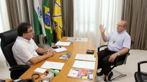 Em encontro no gabinete, prefeito Neto recebeu o convite para a posse de dom José, no dia 19