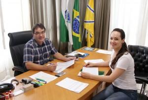 Prefeito Cantelmo Neto e Patricia Millani, da Secretaria de Finanças, durante avaliação financeira mensal