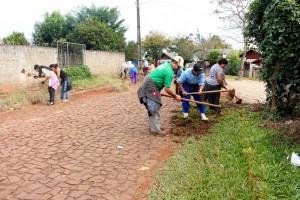 Equipe com mais de 40 pessoas trabalha na limpeza; depois bairro receberá outros serviços urbanísticos