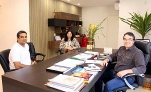 Dr. Leonardo Aranha com a secretária Rose Guarda e prefeito Cantelmo Neto; até o final do ano, médico irá colaborar no processo de implantação dos protocolos