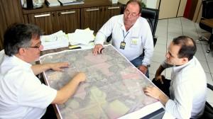 Vice-prefeito Eduardo Scirea e o topógrafo Osvaldo Shoffen apresentam o levantamento inicial do projeto de revitalização da via de acesso a UTFPR ao diretor da universidade, Alexandre Alfaro