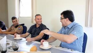 Capitães Edson Cechinel e Rogério Pitz receberam o prefeito Cantelmo Neto na semana passada em um café no 21º BPM para explicar o funcionamento da escola