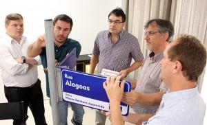 Prefeito Cantelmo Neto observa exemplar de novo modelo de placas de identificação de ruas; mai de mil serão instaladas em Beltrão