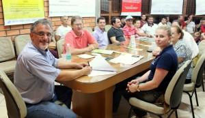 Vice-prefeito Eduardo Scirea, secretário Nelcir Basso e a coordenadora do Nuvetz, Camila Casanova, na assinatura do contrato para realização de exames