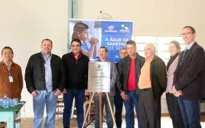 Prefeito Cantelmo, representantes da Sanepar e da Linha Liston na inauguração do sistema de abastecimento da comunidade