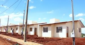 Famílias que residiam em área de alagamento no bairro Pinheirão já estão morando em novas casas, entregues nesta semana pela Prefeitura